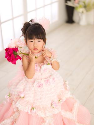 三歳七五三 ピンクレースバラ付きドレス 造花持ち かわいい