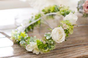 白い衣装にピッタリなマタニティフォト花飾り